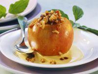 Bratapfel mit Nussfüllung und Vanillesauce